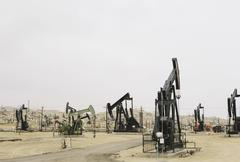 Oil rigs and wells in the midway-sunset shale oil fields, the largest in cali Stock Photos