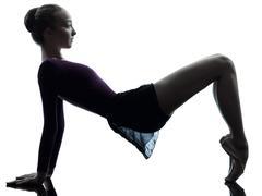 Nuori nainen ballerina balettitanssija venyttely lämpenee siluetti Kuvituskuvat