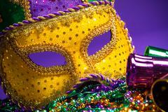 Valikoituja Mardi Gras tai carnivale maski violetti tausta Kuvituskuvat