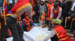 People exam to make round sticky rice cake Stock Footage