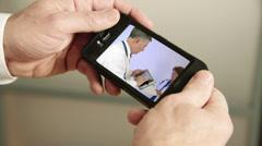 Katsova henkilö lääketieteen video älypuhelin Arkistovideo