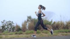 Nainen käynnissä tiellä läheltä kengät steadicam ammuttu Arkistovideo