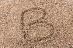 Luonne b aakkosten kirjallisesti hiekalla Kuvituskuvat