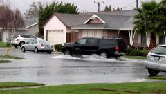 Heavy Rain mustalla Toyota auton ajo on tulvinut kaduille Arkistovideo