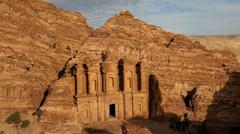 Luostari Petra kaksi ihmistä nr sisäänkäynti, Petra, Jordania Arkistovideo