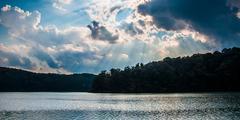 Dramaattinen taivas yli järven Williams, lähellä Yorkin, Pennsylvanian Kuvituskuvat