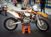 Bangkok - september 22: the ktm 500 exc, enduro on display at the promenade b Stock Photos