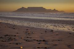 Table Mountain ja ääriviivat paholaisen huippu ja leijonan päätä katsottuna t Kuvituskuvat