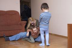 Leikkisä lasten ja nainen nauraa Kuvituskuvat