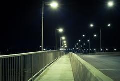 kävelytie ja tie yöllä, turvallisuuteen ja turvallisuuden käsite - stock photo
