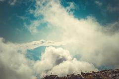 Taivas pilviä vuoren huippukokous salaperäinen sumuinen maisema taustalla ilmaku Kuvituskuvat