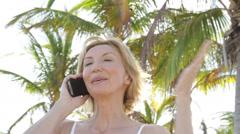 Lähikuva valkoihoinen nainen palmujen alla matkapuhelin Arkistovideo