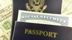Yhdysvaltain passi, sosiaaliturva-kortin ja Amerikan valuutta - matka käsite Arkistovideo