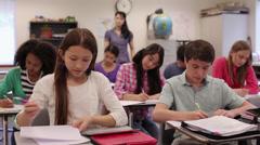 Yläasteella opiskelevat digitaalisten tabletti luokkahuoneessa Arkistovideo