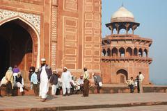 Worshippers visiting the taj mahal mosque,agra,uttar pradesh, india Stock Photos
