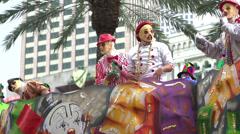 Heitto helmiä Mardi Gras float hidastettuna Arkistovideo
