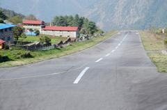 One of the most dangerous airports in the world - tenzing-hillary airport als Stock Photos