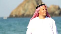 Arabian mies, on beach.Arab mies kävelee pitkin mereen Arkistovideo
