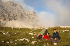 Nuorten camping kun vaellus vuorilla Kuvituskuvat