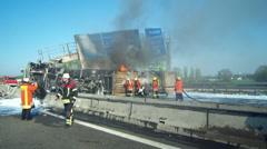 LKW Unfall auf der Autobahn Stock Footage