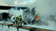 Explosion eines Tankzugs auf der Autobahn Stock Footage