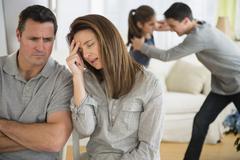 Turhautunut valkoihoinen vanhemmat lapsen kuunteleminen taistella Kuvituskuvat