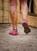 Mud rodun juoksijaa mutainen jalat Kuvituskuvat
