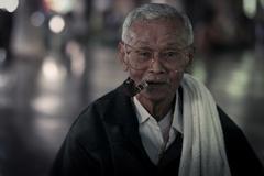 Sangklaburi-aug 13: protrait of unidentified old mon man smoke cigarette at w Stock Photos