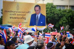 Thai protesters pass king bhumibol billboard Stock Photos