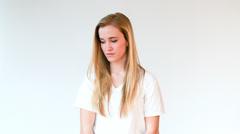 Nuori nainen näyttää alas ja sitten ylös kameraan With hyvin surullinen Face Arkistovideo