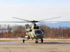Ussuriisk, Venäjä - 24 maaliskuu: mi-8 sotilaallisen liikenteen helikopteri leij Kuvituskuvat