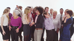 Hyvää sekoitettu etnisyys ryhmä hyppivät ilosta valkoisella pohjalla studio shot Arkistovideo
