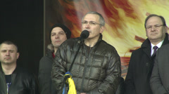 Mikhail Khodorkovsky speaks to the people on Independence square in Kiev. Stock Footage