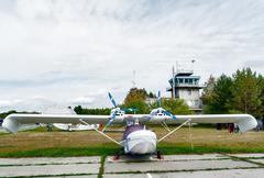 Pieni lentokone pikku lentokenttä Kuvituskuvat