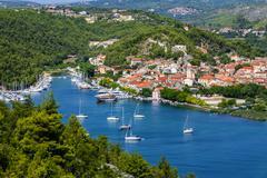 Skradin - pieni kaupunki Adrianmeren rannikolla Kroatiassa, suulla Krka na Kuvituskuvat
