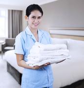 Siivooja hotellihuoneessa Kuvituskuvat