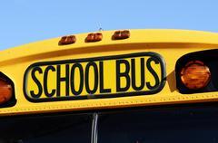 Edessä keltainen koulubussi Kuvituskuvat