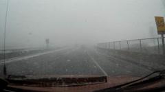 Ajaminen raskas lumi talvimyrskyn valtatie v2 Arkistovideo