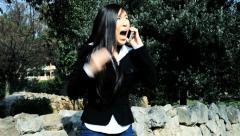 Angry aasialainen liike nainen puhelimessa huutaa Arkistovideo