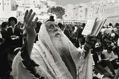 .prayer old rabbi at the western wall in jerusalem on the day of 9 avva Stock Photos