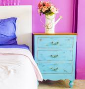 Sisätilojen hengen huone maljakko kukka puun vieressä sänky pöytä Kuvituskuvat