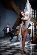 Seksikäs nainen tanssi pianomusiikkia Kuvituskuvat