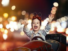 Smile lapsi puinen auto yöllä kadulla Kuvituskuvat
