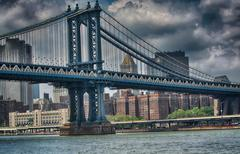 Side view of manhattan bridge structure and new york buildings Stock Photos