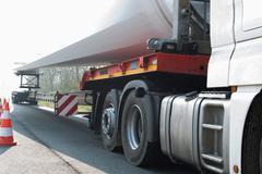 raskas liikenne: Tuulivoimaloiden kuljetus - stock photo