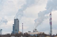 Likainen savu ja saasteet valmistetaan kemiallisen tehtaan Kuvituskuvat