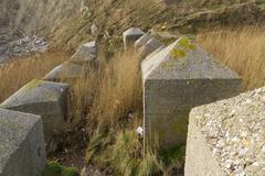 Anti tank kuutiot, kivi toisen maailmansodan hyökkäystä rannikoiden suojaaminen. Kuvituskuvat