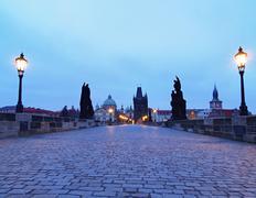 Syksyllä Kaarlen silta aamulla sumu, Praha Kuvituskuvat