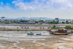 Veneen rakennuksia ja pilvenpiirtäjiä Pattayan rannalta. Kuvituskuvat