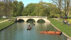 Cambridge punting: tour guide points to Trinity College near bridge Stock Footage
